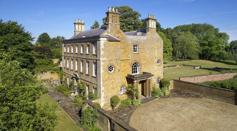 A Big House – Cross Hill House, Cross Hill Road, Adderbury, Oxfordshire, OX17 3EG, United Kingdom – For sale for £4.25 million ($5.74 million, €4.79 million or درهم21.10 million) through Knight Frank LLP.