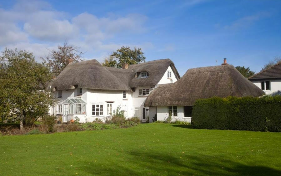 Lord of the Thatch – Ebble Thatch, Mead End, Bowerchalke, Salisbury, Wiltshire, SP5 5BW, United Kingdom – For sale for £795,000 ($1.1 million, €891,000 or درهم3.9 million) through Strutt & Parker – Former home of author and Nobel Prize in Literature and Booker Prize winner Sir William Golding, CBE (1911 – 1993)