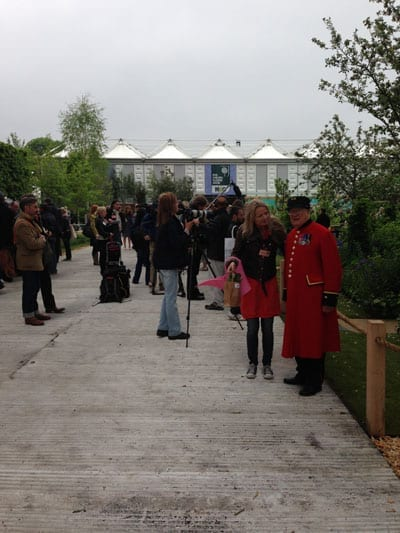 Sarah Tucker with a Chelsea Pensioner