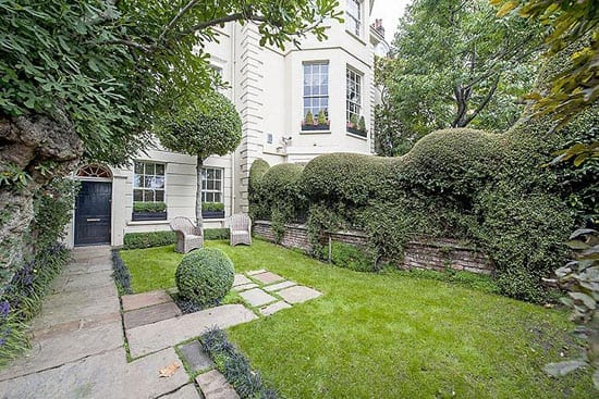 The 35 foot deep front garden faces directly onto Cheyne Walk