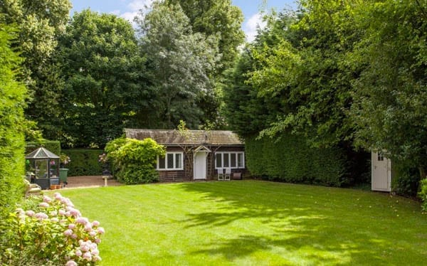 Forget flooding – The Boat House, High Street, Goring, Reading, Oxfordshire, RG8 9AB – £3.75 million or $4.9 million or €4.42 million