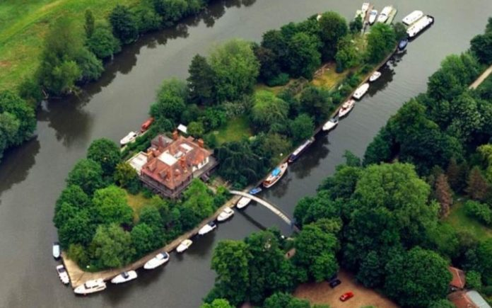 Come To My Island – £3.2 million ($4.1 million, €3.6 million or درهم15million) for Eyot House, D'Olyly Carte Island, Weybridge, Surrey, KT13 8LX – Private island on Thames that was owned by the first owner of The Savoy Hotel for sale for £800k less than it was sold for in 2013 through Chase Apartments.